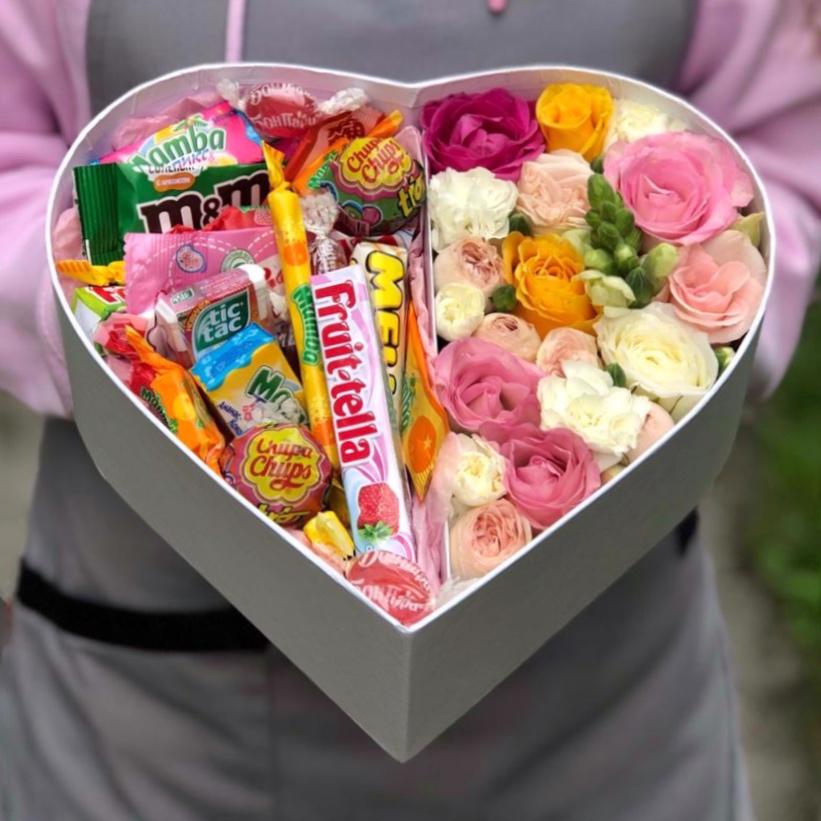 Коробочка с цветами и сладостями микс