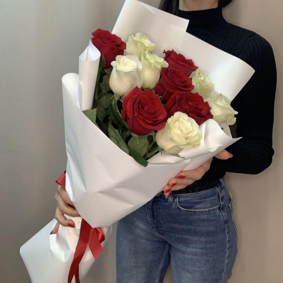Букет Рафаэлло из красных и белых роз