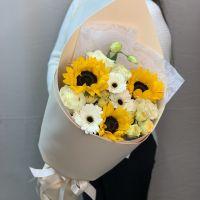 Яркий букет с подсолнухами, пионовидными розами и гермини