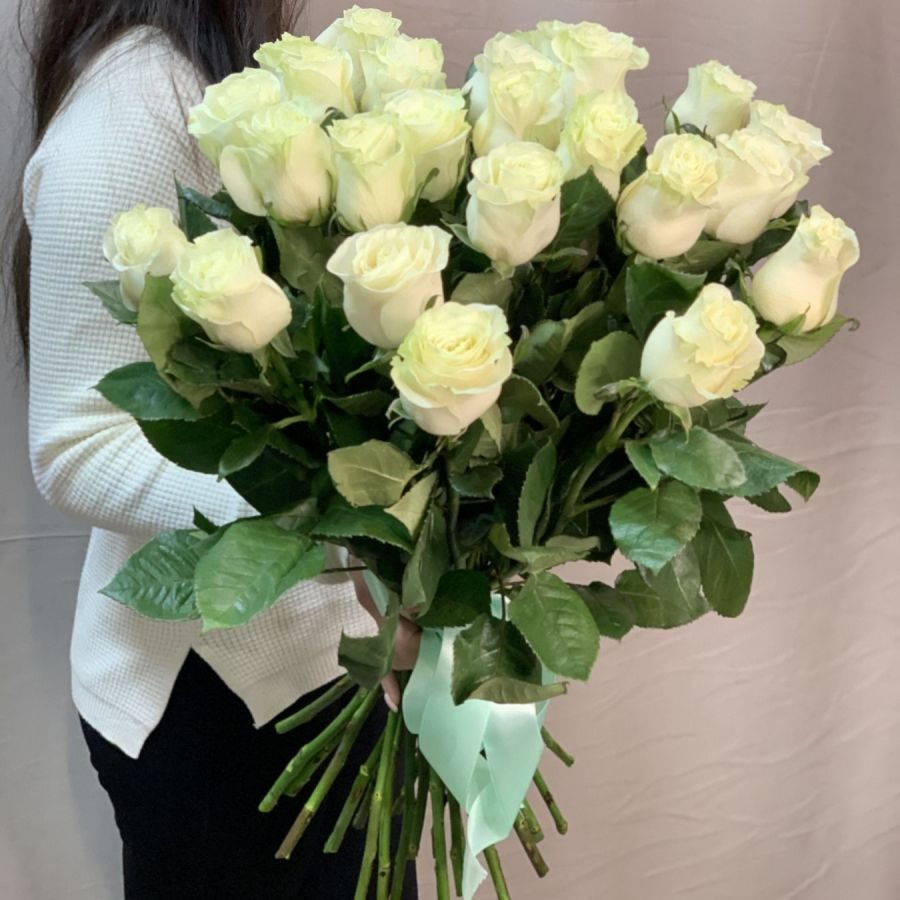 25 белоснежных роз под атласную ленту
