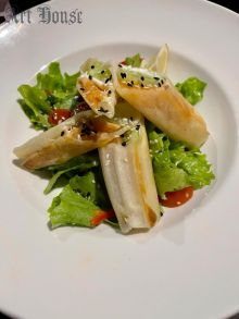 Спринг ролл с лососем на подушке из овощного салата