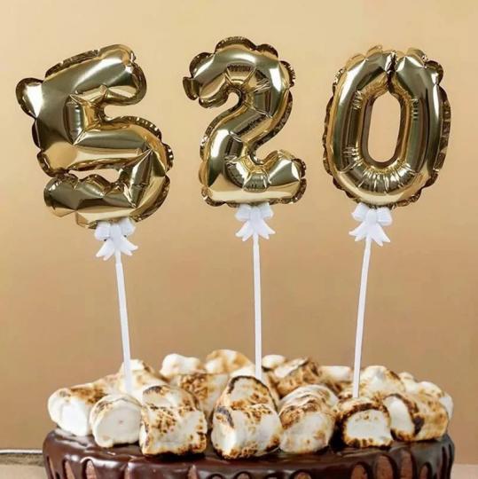 Цифра золотая на палочке малый шар фольгированный в торт