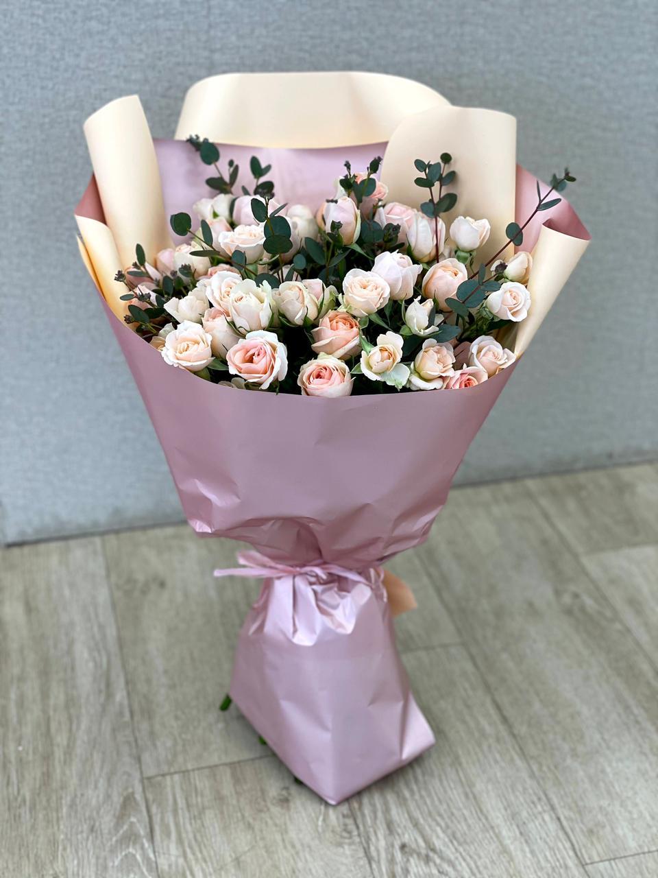 Букет из 11 роз кустовых и эвкалипта