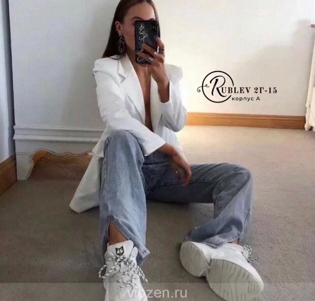 Топовые джинсы с разрезами сбоку