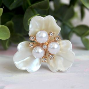 Кукольный аксессуар - Брошь Перламутровый цветок с белой серединкой