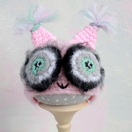 Вязаная шапочка Сова розовая Зеленые глазки