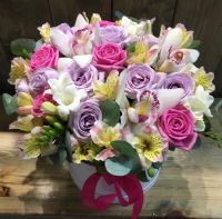 Шляпная коробка с цветами в пастельной гамме: розы: орхидеи, фрезии