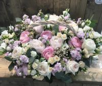 Роскошная корзина с ароматными розами, пионами и эустомой