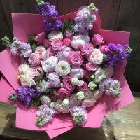 Букет с пионами, розами и маттиолой
