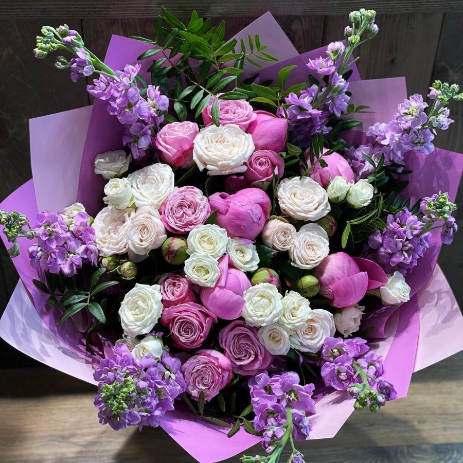 Летний букет с розовыми пионами и маттиолой