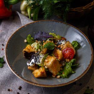 Салат с баклажанами со сливочным кремом, черри, листом салата и кедровым орехом 250г