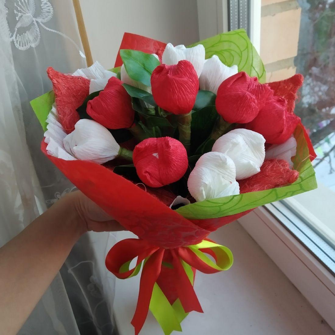 Романтический букет из 15 цветов с конфетами