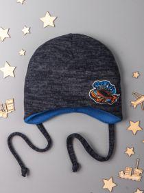00-0015058  Шапка для мальчика на флисе с завязками, сбоку нашивка машинка, серо-синий