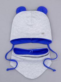 00-0026182  Шапка трикотажная для мальчика с ушками на завязках, нашивка RB + снуд на кнопке, серый