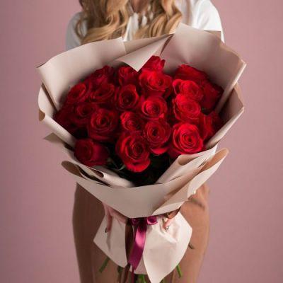 Букет из 21  роз в оформлении