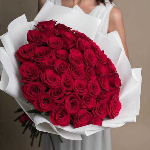 Букет из 35  российских роз в оформлении