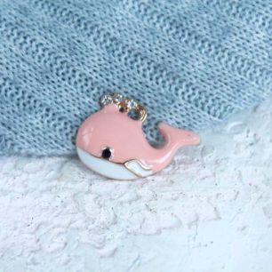 Кукольный аксессуар - Подвеска Розовый кит, 2,5 см.