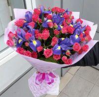 Ирисы и розовые кустовые розы