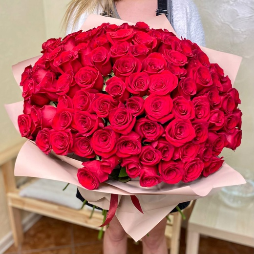 101 роза 50 см. в оформлении