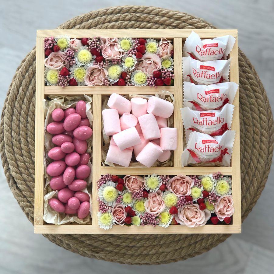 Подарочный бокс с цветами и сладостями микс