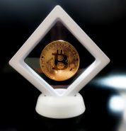 Монета Bitcoin, Биткоин криптовалюта - золотая в СУПЕР-РАМКЕ