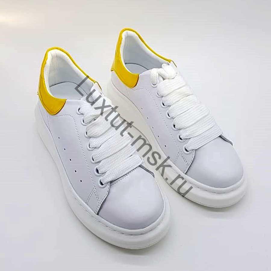 6269d3cb604ff6 Кроссовки Александр МакВин белые с желтой лаковой пяткой кожаные купить ...