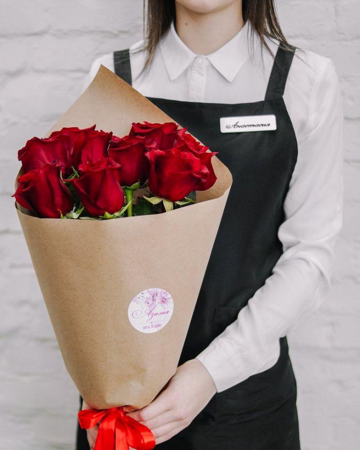 Букет цветов из 9 роз в крафте c доставкой в Комсомольске
