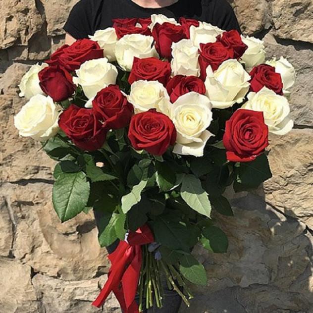 Розы красные и белые от 9 шт. (высокая 70 см)